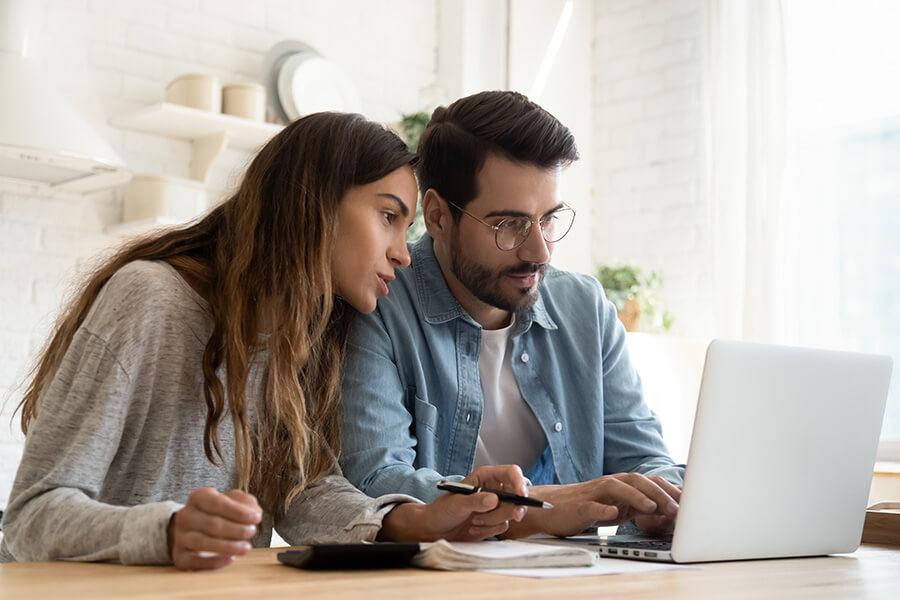 couple-discute-du-budget-de-la-planification-utilise-les-services-bancaires